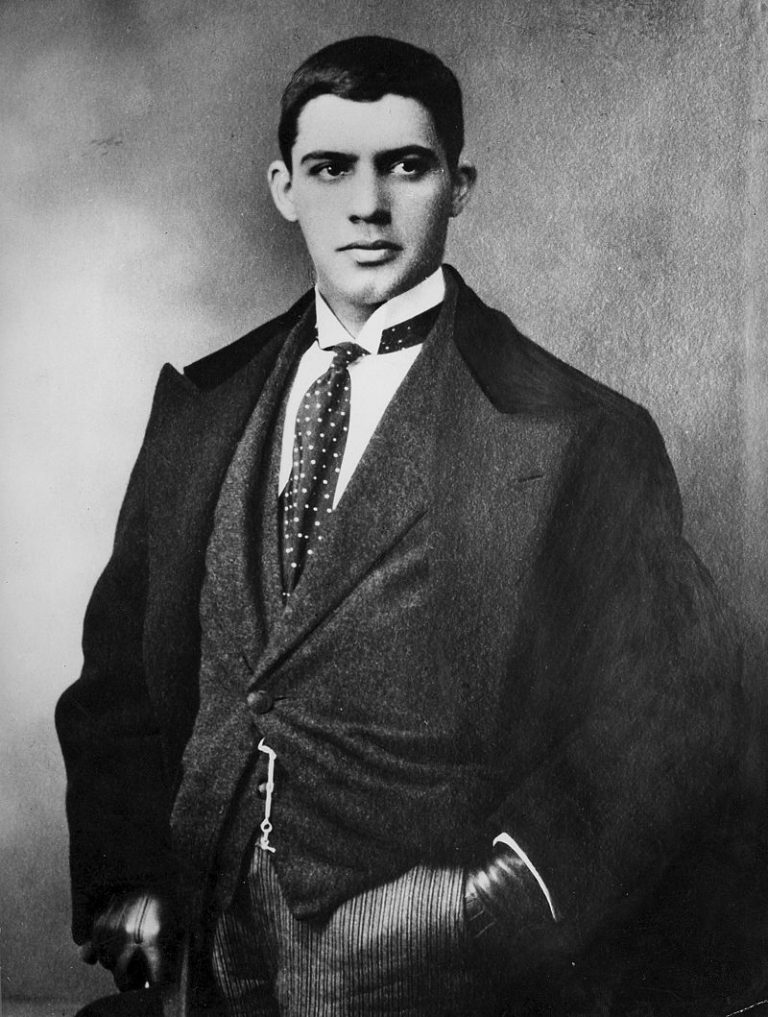Amadeo_de_Souza_Cardoso_with_tie_and_looking_right